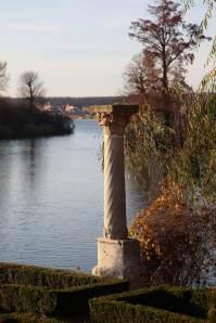 Coloana de lângă lac